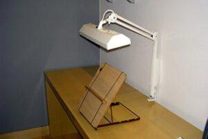 Atril dispuesto en mesa con iluminación
